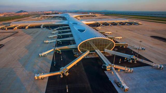 La nueva terminal, cuya construcción costó mil 400 millones de dólares, ofrece espacio para 76 aviones. / Agencias